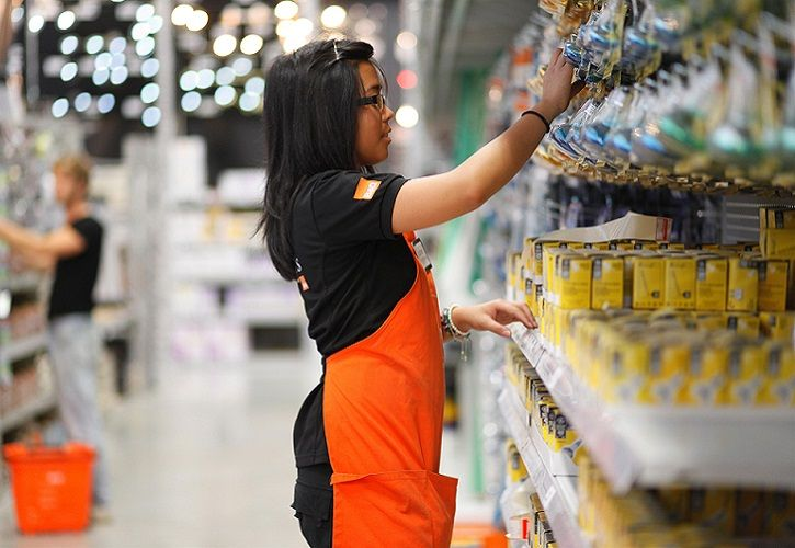 B&Q - female member of staff - hanging goods 725 x 500