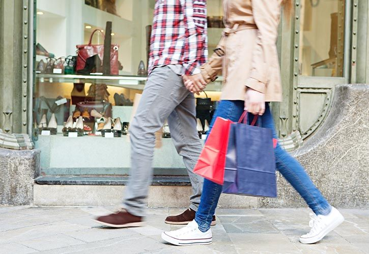 Couple walking with shopping bags 725 x 500