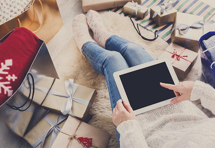 Woman christmas shopping online with tablet AS Milkos - 725 x 500