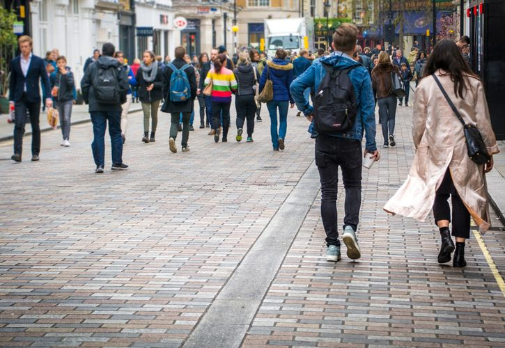 London shoppers 725 x 500.jpg